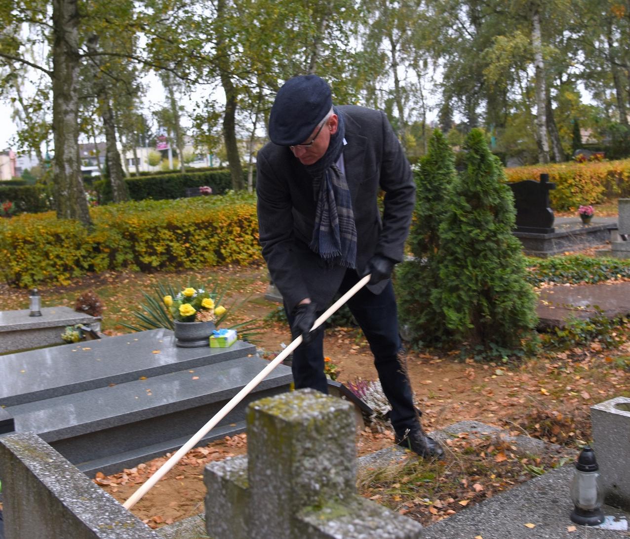 Prezydent Poznania w czasie czyszczenia grobów bohaterów (fot. poznan.pl)