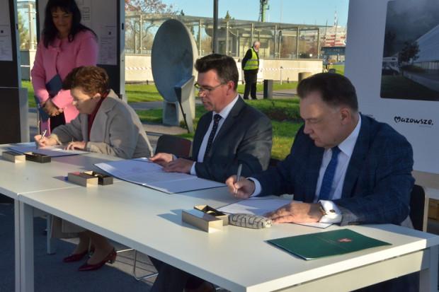 Podpisanie umowy na dofinansowanie. Od lewej: Hanna Gronkiewicz-Waltz (Prezydent Warszawy), Robert Firmhofer (Dyrektor CNK) oraz Adam Struzik (Marszałek Mazowsza)