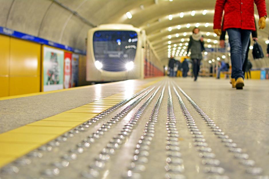 Zepchnięcie na tory kontrolera w metrze w Warszawie. Jest akt oskarżenia
