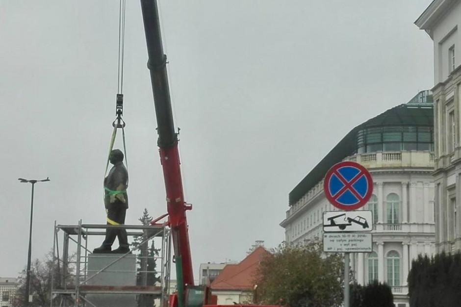 Warszawa: Trwa montaż pomnika Lecha Kaczyńskiego