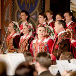 """W wielu polskich miastach 100. rocznica odzyskania przez Polskę niepodległości będzie świętowana muzycznie.   Na terenie Uniwersytetu Warszawskiego znajdzie się scena muzyczna, gdzie od 13 do 21 będą odbywały się koncerty.W niedzielę, 11 listopada, odbędzie się również w Teatrze Wielkim-Operze Narodowej główny koncert w ramach projektu """"100 na 100. Muzyczne dekady wolności"""". Na ten dzień zaplanowano też 11 koncertów w Polsce i 11 na świecie z tego samego cyklu. W wydarzeniach bezpośrednio weźmie udział 12 tys. 500 odbiorców w kraju oraz 15 tys. na świecie. Dzięki transmisjom radiowym i telewizyjnym każdy będzie mógł posłuchać polskiej muzyki.   Tradycyjnym elementem obchodów rocznicy odzyskania niepodległości w Krakowie będzie Lekcja Śpiewania. Jej jubileuszowa, 70. odsłona odbędzie się w niedzielę o godz. 17 na Rynku Głównym. Artyści kabaretu """"Loch Camelot"""" pod przewodnictwem Ewy Korneckiej wspólnie z publicznością zaśpiewają najpiękniejsze polskie pieśni i piosenki patriotyczne. Kancelaria prezydenta Krakowa przygotowała na koncert 8 tys. bezpłatnych śpiewników oraz 4 tys. papierowych czapek krakusek.   Muzycznie świętował będzie także Lublin .10 listopada Muzeum Lubelskie zainauguruje Lubelską Akademię Niepodległej. To cykl zajęć i wydarzeń edukacyjnych skierowanych do dzieci i młodzieży szkolnej, osób z niepełnosprawnościami, rodzin, osób dorosłych i seniorów. Z kolei 11 listopada w Bazylice oo. Dominikanów wystąpi Łukasz Jemioła z kwartetem smyczkowym Ladies Quartet.    Wrocławską tradycją stały się już koncerty gwiazd polskiego rocka z okazji rocznicy odzyskania przez Polskę niepodległości. W tym roku festiwal """"wROCK for Freedom – Dzień Niepodległości"""" potrwa aż 2 dni. 10 listopada we wrocławskiej Hali Stulecia zagrają Dżem, IRA oraz Happysad. Z kolei 11 listopada zagra zespół Kombii. Festiwal jest biletowany.   Muzycznie świętował będzie też Radom .11 listopada ogodz. 16, pod hasłem""""Rozkwitały pąki białych róż…"""", rozpocznie się wspólne śpiewanie pieśni patrio"""