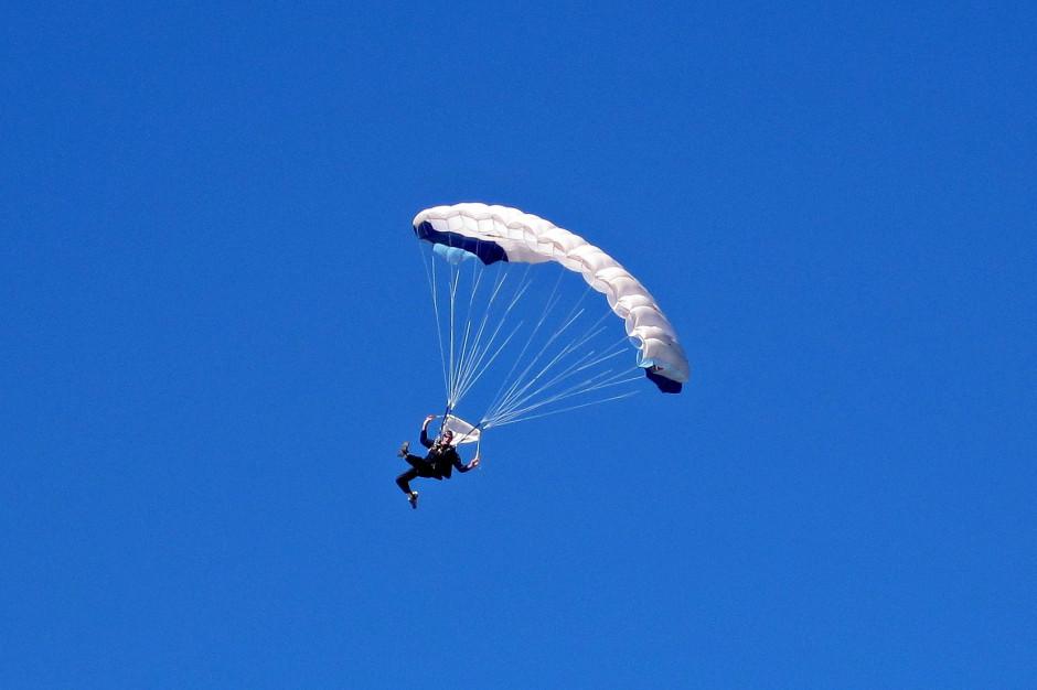 Bielsko-Biała: 100 skoków spadochronowych na 100-lecie niepodległości