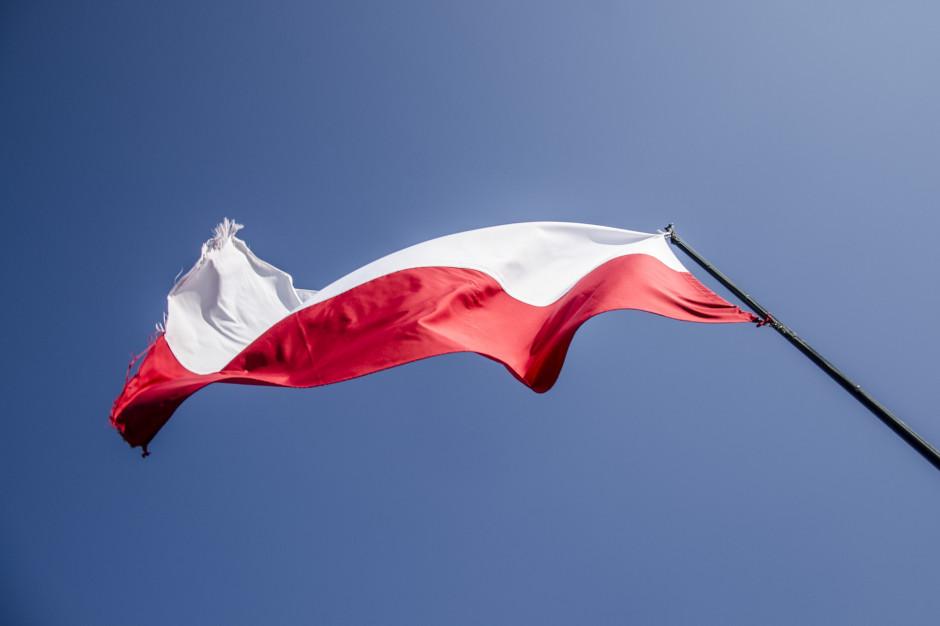 Międzybrodzie Żywieckie: Żywa flaga na zboczach gór na 100-lecie niepodległości