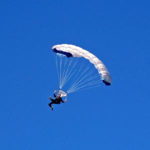 Obchody 100-lecia odzyskania niepodległości można świętować na różne, również mniej typowe sposoby.   W niedzielę (11 listopada) spadochroniarze w  Bielsku-Białej , by uczcić 100. rocznicę odzyskania nieodległości, zamierzają oddać sto skoków spadochronowych.   Skoczkowie będą skakali z cessny 206. Każdorazowo wyniesie ona w przestrzeń nad Bielskiem-Białą pięciu uczestników akcji. Po lądowaniu wsiądą kolejni.   (fot.pixabay)