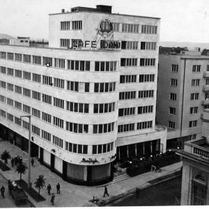 Gdynia: perła modernizmu     W momencie odzyskania niepodległości Gdynia była kaszubską wsią rybacką, która na mocy traktatu wersalskiego w 1920 roku powróciła w granice Polski. Impulsem do rozwoju miasta była decyzja polskich władz o umiejscowieniu tam portu, którego budowę zaczęto już w 1921 roku.   Pierwszy oceaniczny statek zawinął tam w 1923 roku, a Gdynia prawa miejskie uzyskała już w 1926 roku. Z tego okresu ważną postacią dla rozwoju Gdyni i portu był inż. Eugeniusz Kwiatkowski.   Rozwój miasta i portu był błyskawiczny. W 1921 roku Gdynia miała około 1,2 tys., w 1926 roku około 12 tys., by w 1939 roku osiągnąć 127 tys. mieszkańców. Obecnie w mieście mieszka wg danych GUS 247,5 tys. osób.   Nazywana perłą modernizmu dwudziestolecia międzywojennego Gdynia jest częścią Trójmiasta. Miasto wciąż dynamicznie się rozwija, podobnie jak baza marynarki wojennej, port morski i przemysł stoczniowy.   Fot. Budynek ZUS (zwany po wojnie PLO) będący przykładem nowoczesnej architektury (wikipedia/domena publiczna)