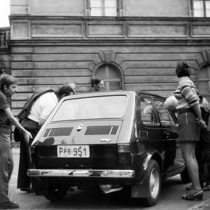 Tychy: Maluch, czyli Fiat 126 p     Tychy w 1918 roku były osadą wiejską. Kto nie pamięta słynnego malucha, czyli Fiata 126 p? To właśnie w Tychach za czasów PRL w Fabryce Samochodów Małolitrażowych FSM powstawał ten samochód.   Spółka, która dziś działa w ramach FCA Poland, w ciągu 25 lat działalności zainwestowała ponad 11 miliardów złotych, wytworzyła 8 mln samochodów, z czego ponad 6 mln na eksport. W Tychach także wytwarzane jest przez miejscowe Tyskie Browary Książęce piwo pod marką Tyskie.   Pierwsza wzmianka o Tychach pochodzi z 1467 roku. W Tychach rozpoczęło się pierwsze Powstanie Śląskie, a podczas Plebiscytu większość mieszkańców opowiedziała się za Polską. W 1922 roku na mocy traktatu wersalskiego Tychy wróciły do Polski, zaczęły się intensywnie rozwijać, a liczba ludności wzrosła do 11 tysięcy. W efekcie Śląska Rada Wojewódzka przyznała Tychom prawa miejskie od 1 stycznia 1934 roku, uzyskane ponownie w 1951 roku. Obecnie miasto liczy około 128 tys. mieszkańców.   Na zdjęciu produkowany w Tychach Fiat 126 p w 1973 roku. Fot. wikipedia/CC BY-SA 3.0/Stiopa