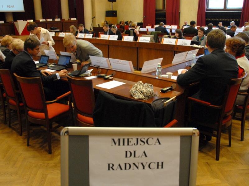 Ustawy: o samorządzie gminy, samorządzie powiatu i samorządzie województwa przewidują, że nowe rady powinny się ukonstytuować w ciągu siedmiu dni od zakończenia kadencji (fot. um.warszawa.pl)
