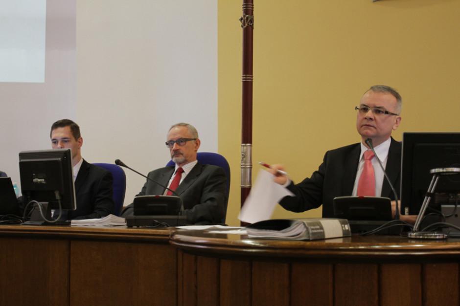 Radni przeciw rozwiązaniu przez Orlen Paliwa umowy o pracę z szefem rady miasta