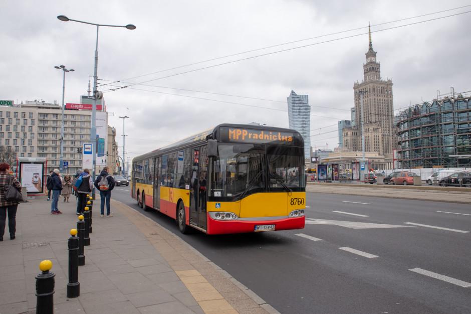Mobilny Punkt Poradnictwa wozi bezdomnych w Warszawie