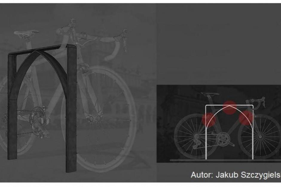 Stojaki na rowery z przetopionych pieców stanęły przed szkołami