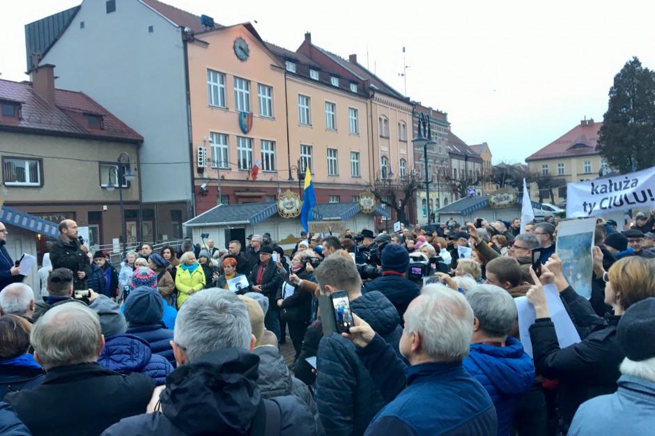 """""""Kałuża, oddaj mandat"""". W Żorach odbyło się zgromadzenie przeciwko postawie nowego wicemarszałka"""