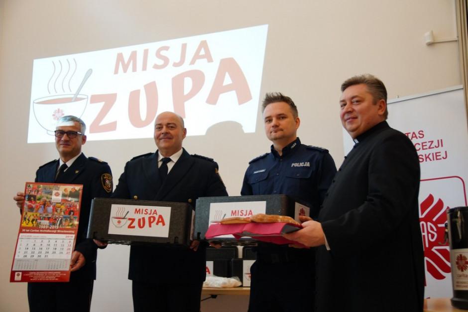Wrocław: Policjanci i strażnicy będą rozdawać zupę bezdomnym