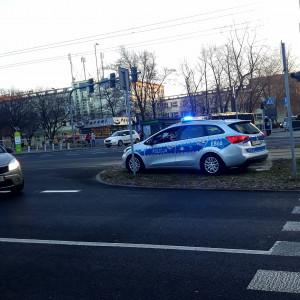 Policja apeluje, aby w miarę możliwości, w czasie COP24, w rejonie miejsca jego organizacji ograniczyć korzystanie z prywatnych pojazdów na rzecz komunikacji miejskiej - autobusowej i tramwajowej.   Od kilku dnina drogach dojazdowych do centrum wydarzeń, rozstawione są patrole. Z kolei od poniedziałku, 26 listopada, Inspekcja Transportu Drogowego kontroluje wyrywkowo wjeżdżające do Katowic samochody (np. przy tunelu).   Ma to związek z rozporządzeniem premiera Mateusza Morawieckiego, które wprowadzapierwszy stopień alarmowy (ALFA) na terenie całego województwa śląskiego oraz miasta Kraków. Będzie on obowiązywał do 15 grudnia. (fot. Aneta Kaczmarek/PTWP)