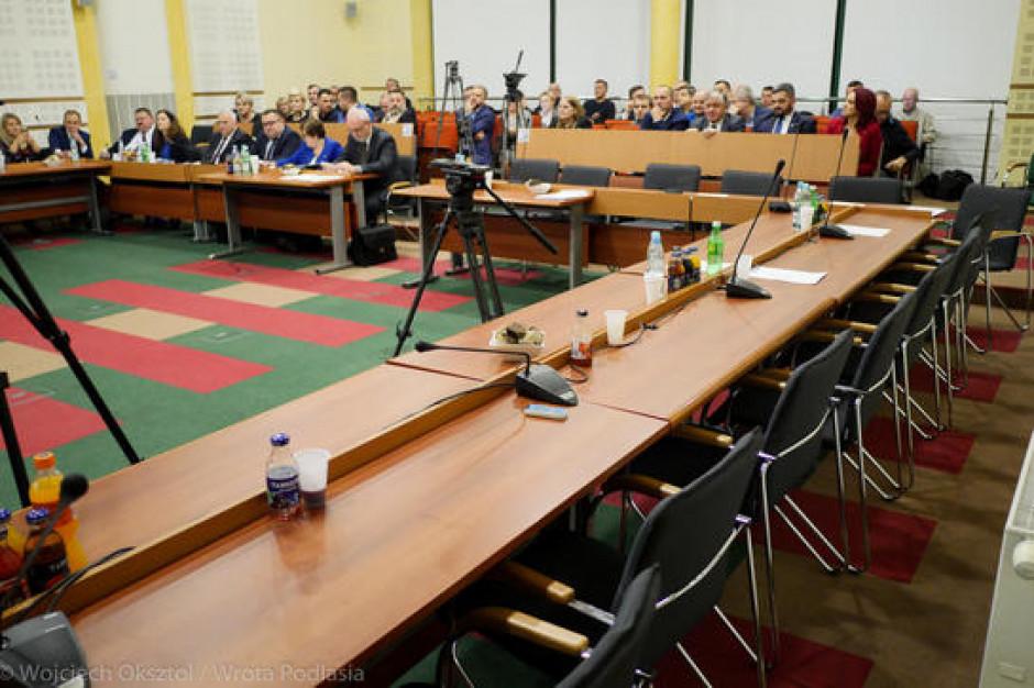 Radnym PiS nie udało się odwołać przewodniczącego z KO. Przerwana sesja sejmiku podlaskiego
