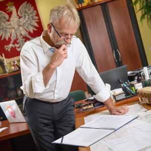 Wynagrodzenie burmistrza Łowicza  Krzysztofa Kalińskiego  będzie wynosiło 10 620 złotych brutto. To tyle samo, ile zarabia włodarz Łowicza od lipca tego roku. Wcześniej wynagrodzenie burmistrza było równe 12 309 zł brutto. (fot. Facebook)