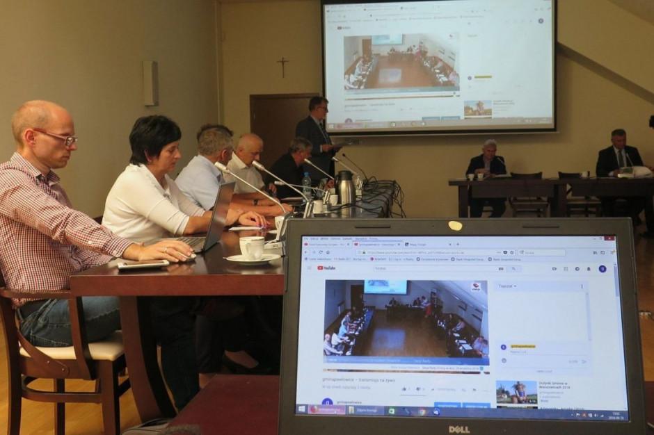 """Transmisja z sesji rady nowym obowiązkiem gmin i sprawdzianem dla """"dojrzałości cyfrowej"""" urzędów"""