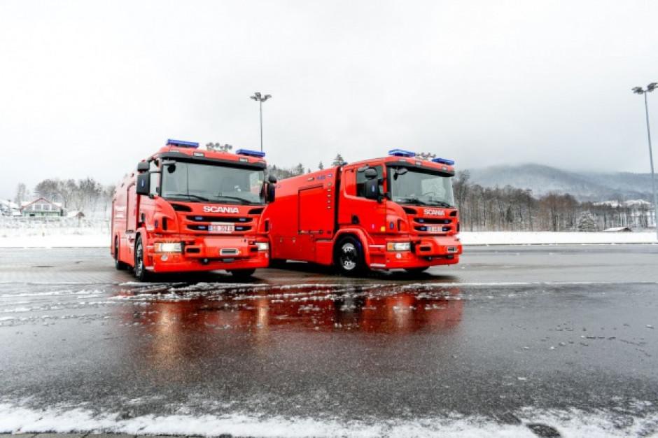 Strażacy czyszczą nawierzchnię po wycieku wody na warszawskim Targówku