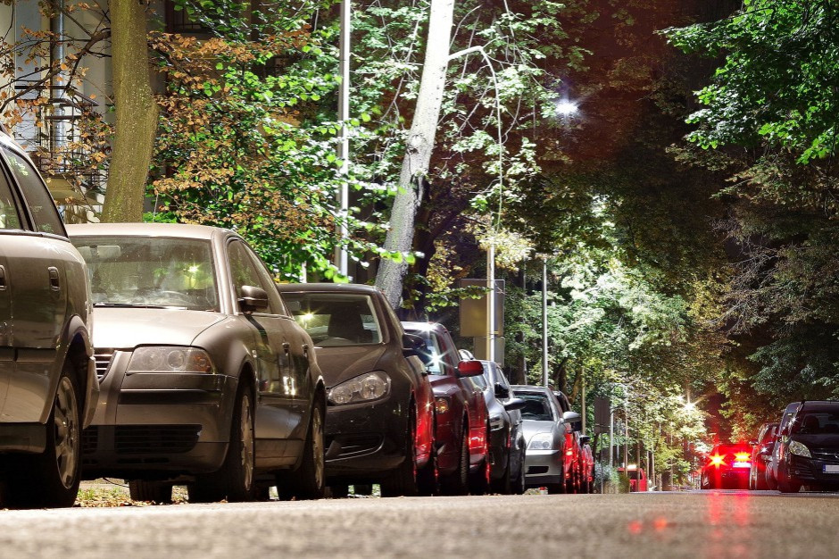 Zakaz parkowania na chodnikach? Urbaniści też chcą zmian