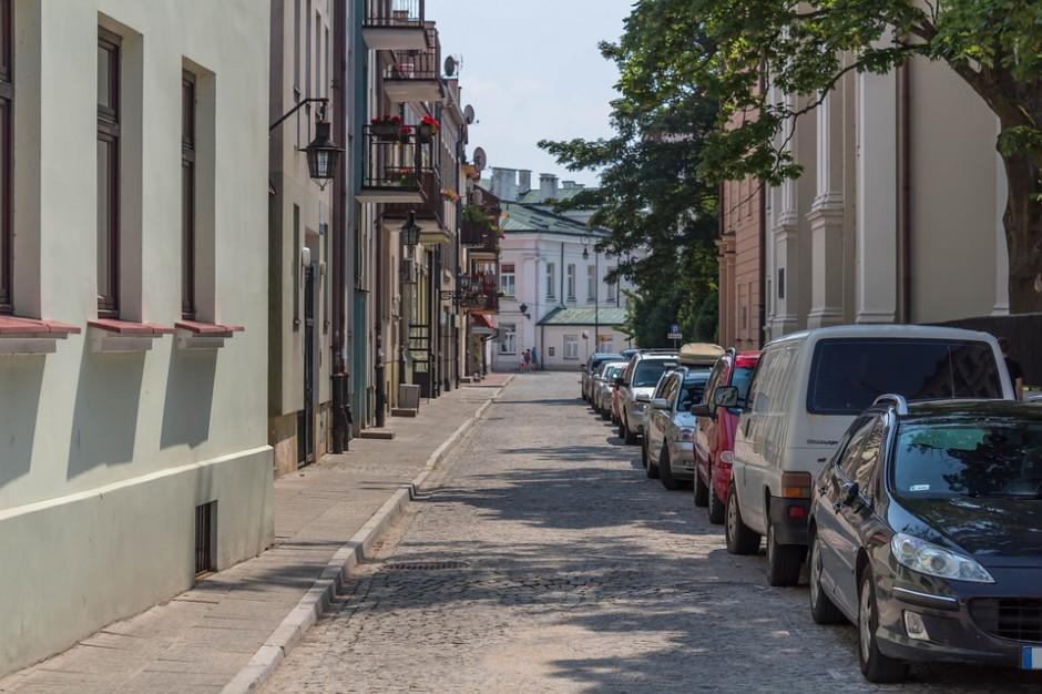 Komisja petycji wystosowała dezyderat do premiera ws. parkowania na chodnikach