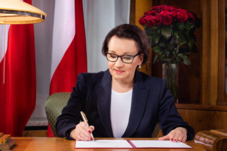 Anna Zalewska pisze do nauczycieli. I składa nowe obietnice