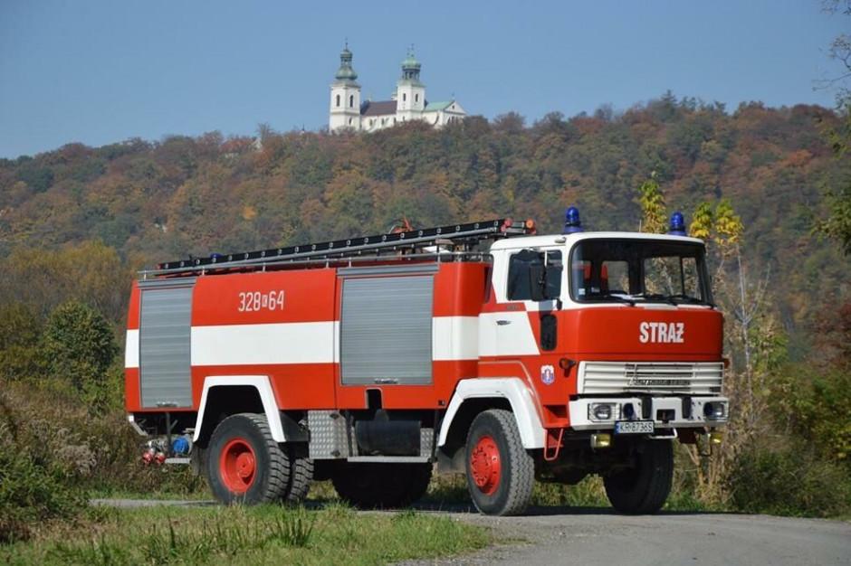 OSP Kostrze: Straż pożarna sprzedaje unikatowy wóz strażacki by doposażyć nowy