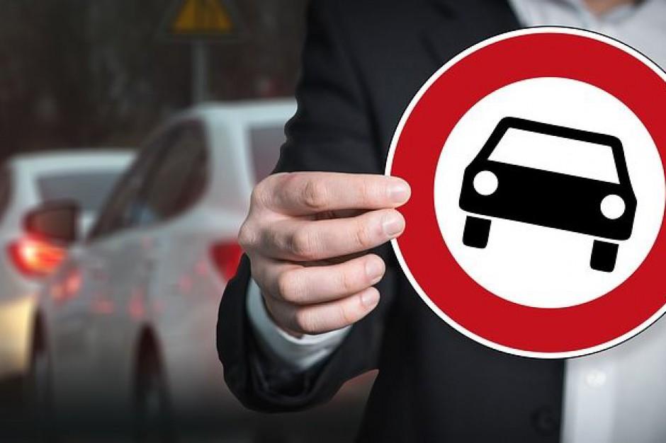 Ustawa daje możliwość wjazdu do strefy pojazdów z silnikiem spalinowym pod warunkiem uiszczenia przez ich właścicieli stosownej opłaty.Fot. pixabay.com