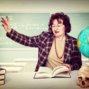 Nowa, stara ocena pracy nauczycieli    1 września weszła w życie jedna z najbardziej oprotestowywanych zmian w oświacie - ocena pracy nauczycieli. Już w czasie pracy nad nowymi przepisami nie brakowało emocji.  MEN zdecydował, że w nowym systemie nauczyciele na poszczególnych stopniach awansu będą oceniani według różnych kryteriów, których liczba rośnie kaskadowo.    Stażyści będą musieli spełniać dziewięć kryteriów, nauczyciele kontraktowi - 14, mianowani - 19, a dyplomowani - minimum 23. Dodano też ocenę wyróżniającą - będą mogli na nią liczyć tylko najlepsi z najlepszych. Otrzymanie jej będzie podstawą do przyznania im dodatku do pensji, który zapowiedział MEN - tzw. 500 plus dla nauczycieli.   Największe zamieszanie powodowało tworzenie przez dyrektorów każdej ze szkół z osoba regulaminów oceny pracy nauczycieli. Ten pomysł wzbudził m.in. niepokój Adama Bodnara, rzecznika praw obywatelskich. - Brak jednolitego sposobu oceniania pracy nauczycieli może budzić wątpliwości co do przestrzegania podstawowych praw wolności - pisał Bodnar.    Krytycznie o tych rozwiązaniach cały czas wypowiadali się również przedstawiciele związków zawodowych. W końcu, w połowie listopada, Anna Zalewska ogłosiła, że wycofuje się z zaproponowanych rozwiązań. Zapowiedziała, że w styczniu 2019MENrozpocznie prace nad zmianami wprowadzonych wytycznych dotyczących oceniania nauczycieli./ fot. shutterstock