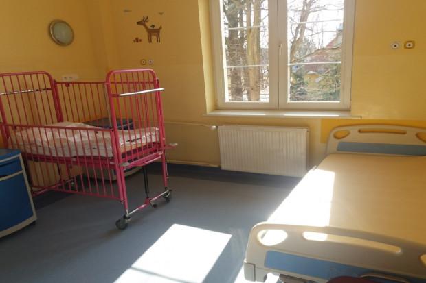Sala chorych (izolatka) w Zakładzie Opieki Zdrowotnej w Szczytnie, z dodatkowym łóżkiem dla rodzica lub opiekuna / materiały kontrolne NIK