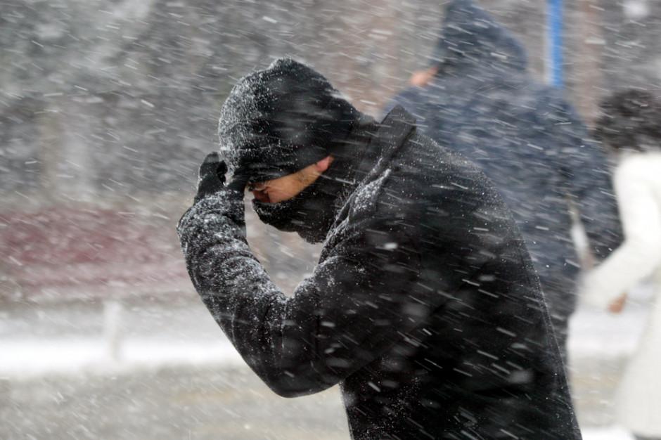 IMGW ostrzega. Wiatr i śnieg da się we znaki niemal w całej Polsce