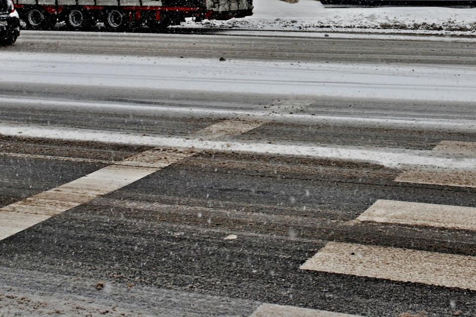GDDKiA ostrzega: na drogach utrudnienia z powodu opadów i błota pośniegowego