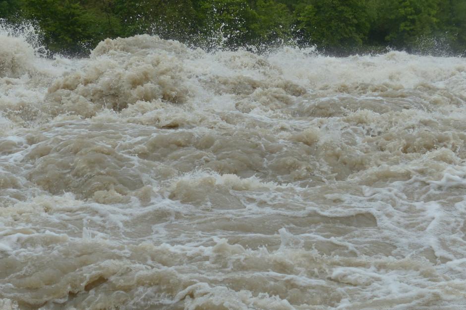 W Elblągu wzdłuż rzeki są rozstawiane rękawy przeciwpowodziowe
