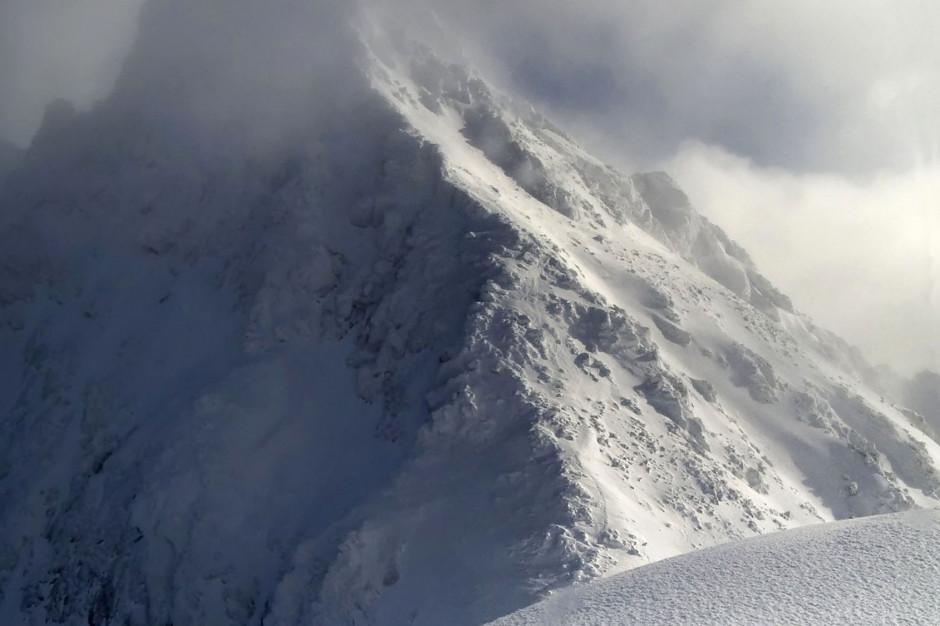 Bardzo trudne warunki turystyczne w Tatrach; lawinowa trójka