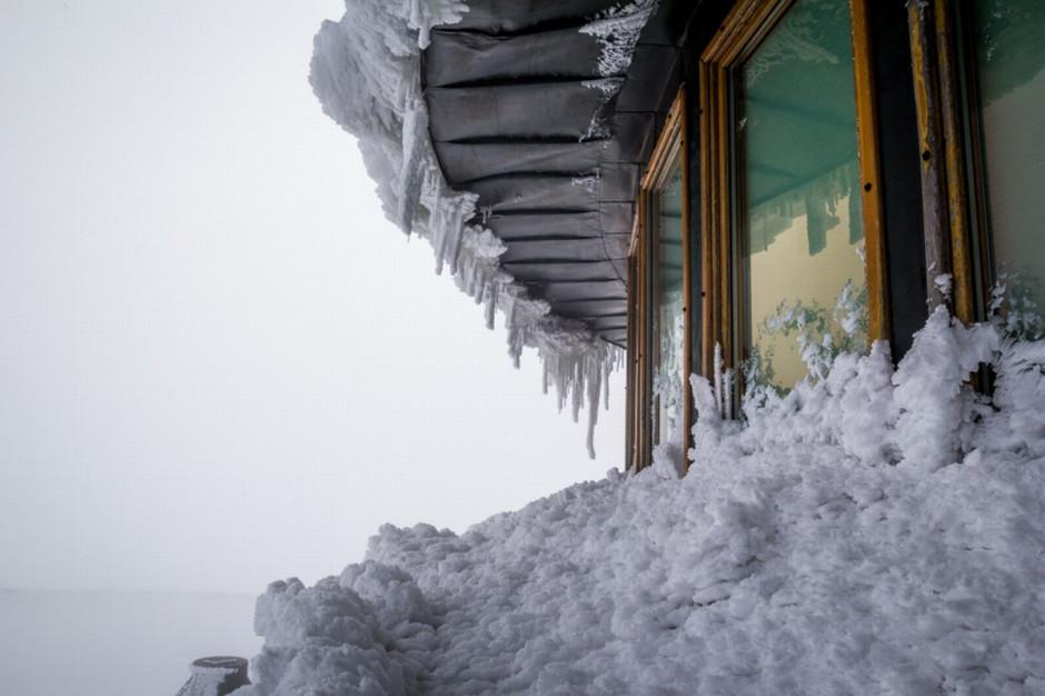 Pokrywa śnieżna w Karkonoszach rośnie w szybkim tempie. GOPR ostrzega turystów