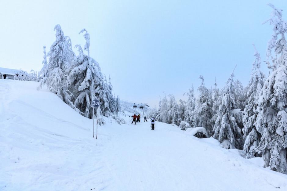 W Beskidach szybko przybywa śniegu, warunki są trudne