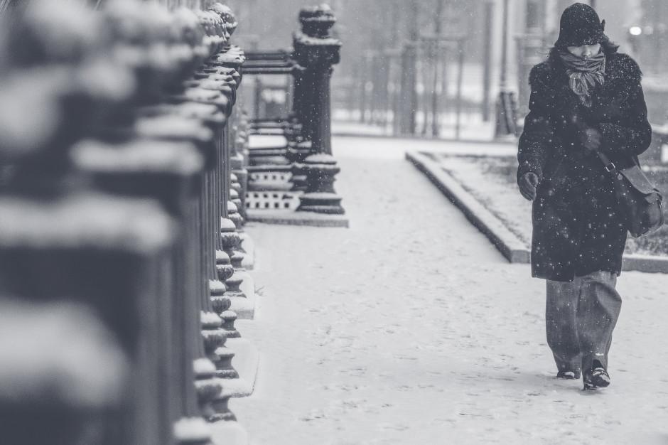 IMGW ostrzega: oblodzenie w centrum, intensywne opady śniegu na południu