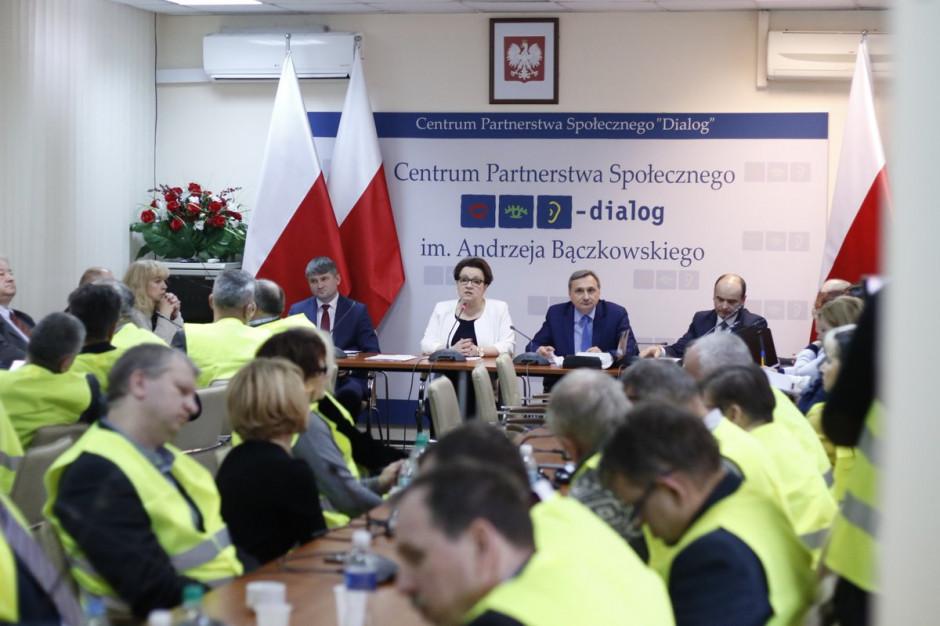 Podwyżki dla nauczycieli: Anna Zalewska wyszła ze spotkania, rozmowy wznowione