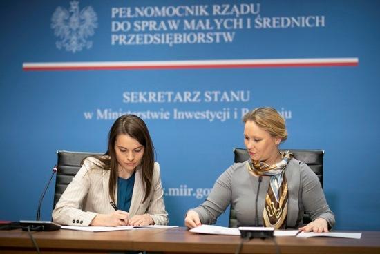 Andżelika Możdżanowska i reprezentująca Narodowy Instytut Samorządu Terytorialnego wicedyrektor Sylwia Ługowska-Bulak (fot. miir.gov.pl)