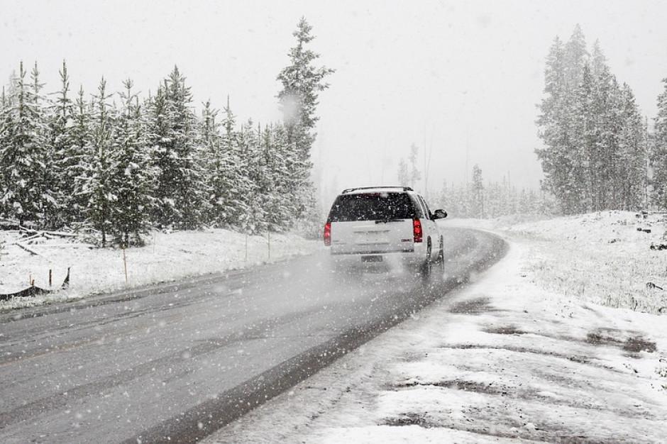 Śnieg i śnieg z deszczem niemal w całym kraju. Utrudnienia na drogach