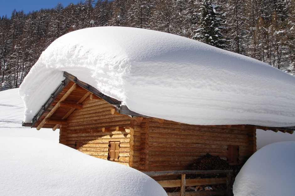 Wojewoda śląski ostrzegł przed zbyt dużą ilością śniegu na dachach