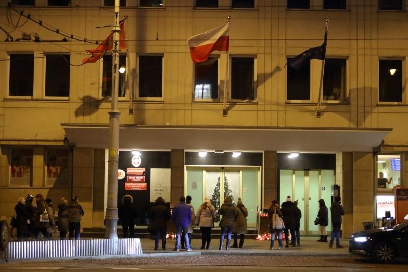 Płonące znicze stoją przed wejściem do urzędu od poniedziałku (fot.Grzegorz Mehring/www.gdansk.pl)