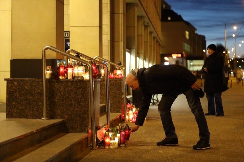 Pod urząd cały czas przychodzą kolejni ludzie, żeby w symboliczny sposób wyrazić swój żal i oddać hołd zmarłemu prezydentowi miasta (fot.Grzegorz Mehring/www.gdansk.pl)