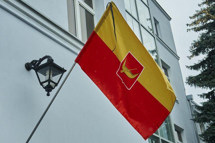 Flaga Miasta Łodzi przewiązana kirem (fot. Radosław Jóźwiak / UMŁ)
