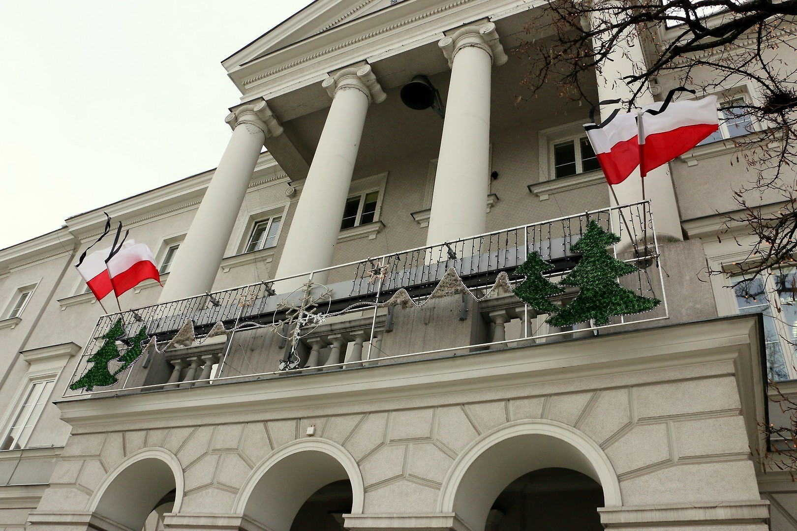 Na budynkach Urzędu Miasta Kielce oraz budynkach jednostek organizacyjnych miasta umieszczone są flagi z kirem (fot.um.kielce.pl)