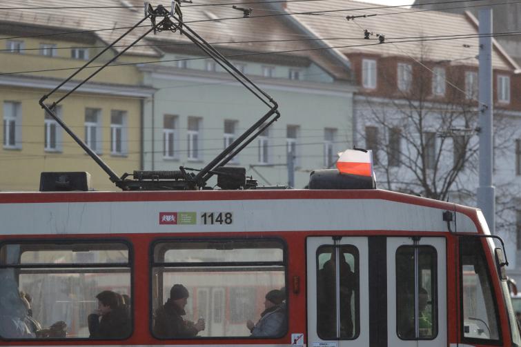 W związku z trwającą od 15 stycznia żałobą w Gdańsku tramwaje i autobusy zostały przyozdobione flagami z kirem (fot. Grzegorz Mehring/gdansk.pl)