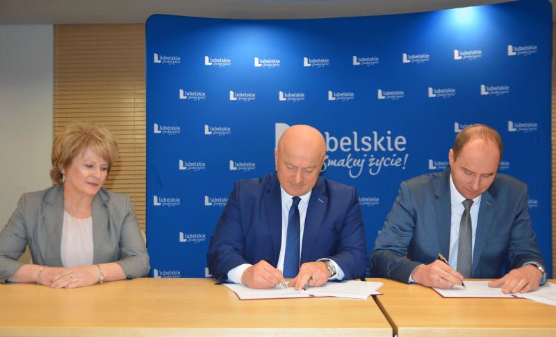 Umowę na rewitalizację Opola Lubelskiego podpisał Burmistrz Sławomir Plis (fot. lubelskie.pl)
