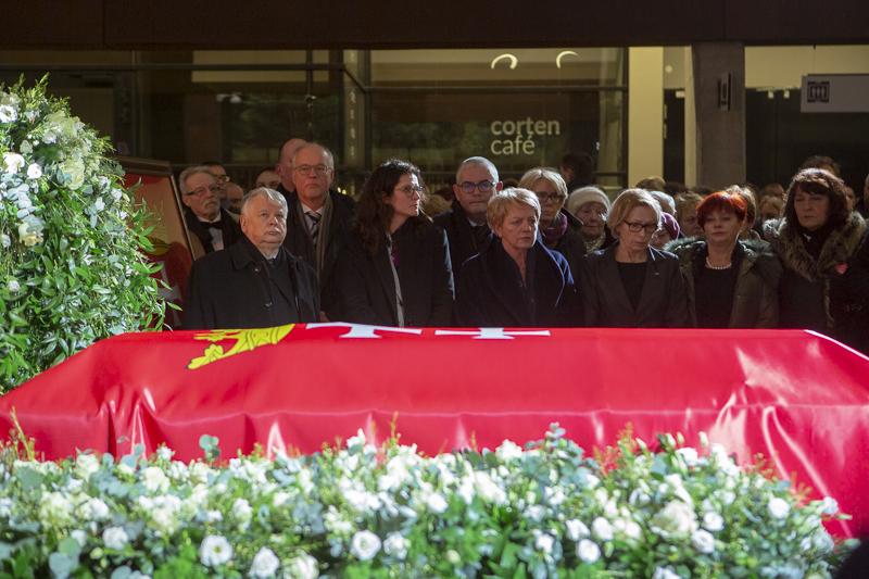 Przy trumnie Pawła Adamowicza stanęli jego przyjaciele i współpracownicy (fot.Jerzy Pinkas/gdansk.pl)