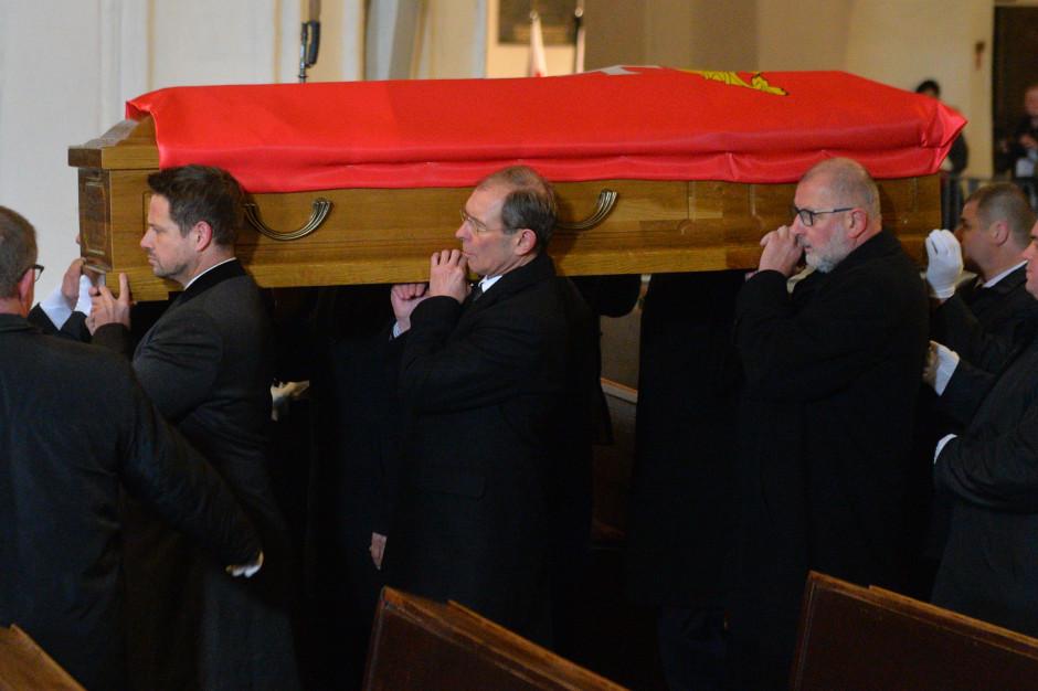 Symboliczne pożegnanie. Prezydenci sześciu miast wnieśli trumnę Pawła Adamowicza
