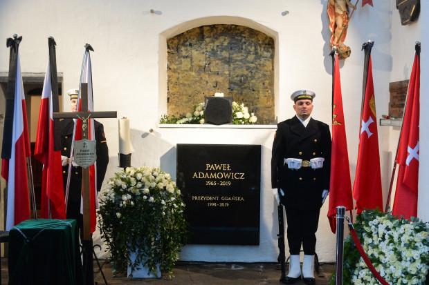 Urna z prochami zmarłego prezydenta Gdańska spoczęła w kaplicy św. Marcina (fot. Forum)