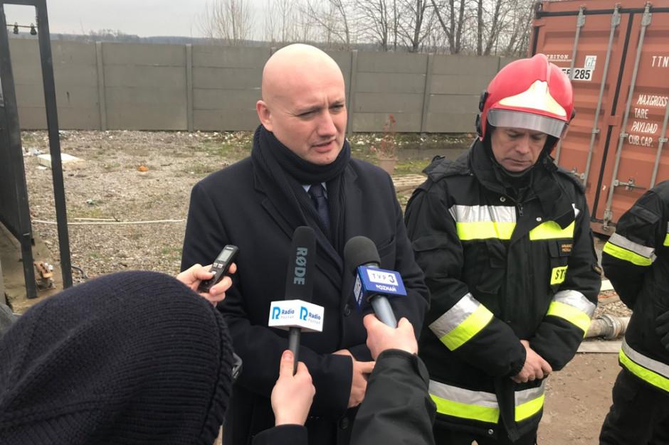 Strażacy i żołnierze walczą z pożarem wysypiska w Pyszącej