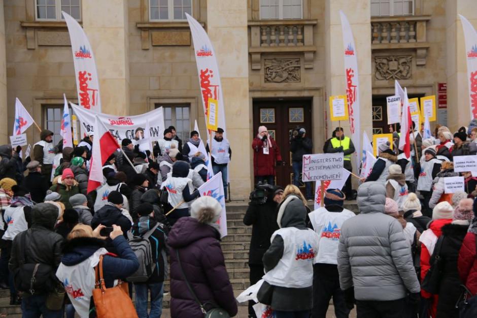 """""""Przechodzimy do czynów"""". Oświatowa Solidarność na Dolnym Śląsku utworzyła sztab protestacyjny"""